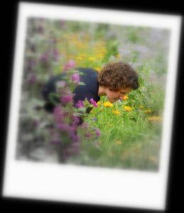 Marion en train de cueillir des fleurs en été