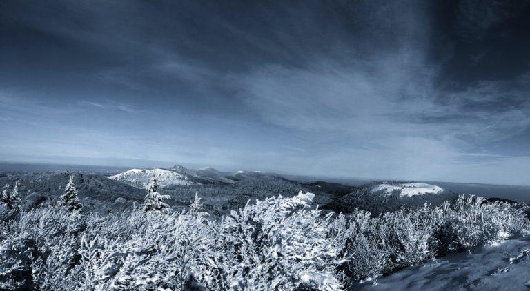 paysage enneigé chaine des puys Auvergne en arrière plan